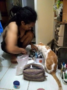 kucing metal 02 225x300 - Walaupun Bertato, Pria ini Ternyata Penyayang Kucing