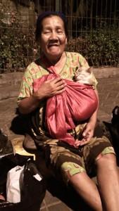 ibu menggendong kucing 1 169x300 - Mengharukan, Kisah Ibu dan Tujuh Ekor Anaknya