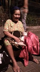 ibu menggendong kucing 2