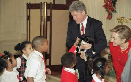 Socks ikut Bill Clinton ke panti asuhan