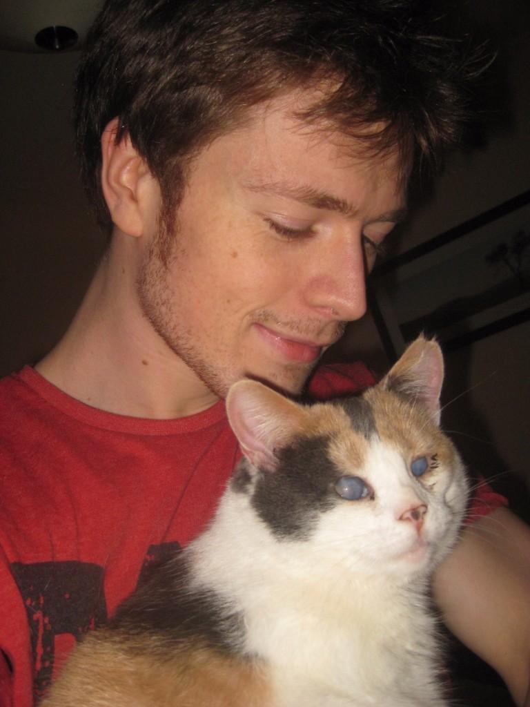 patrick dan stevie 768x1024 - Stevie, Kucing Menakjubkan yang Hobi Naik Gunung