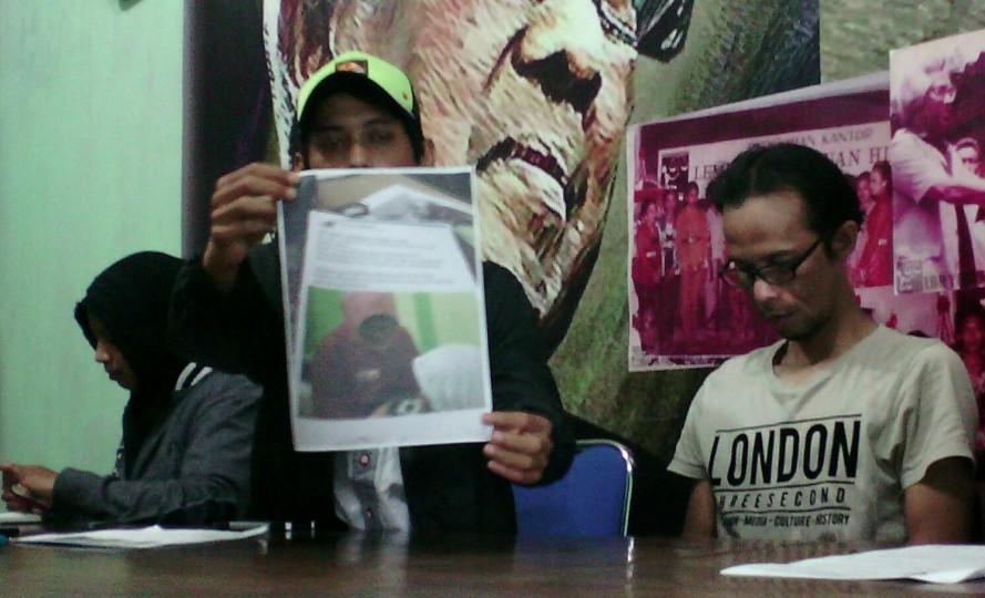 Fatkhur menunjukan print out statusnya. Gambar: Kabarkota.com